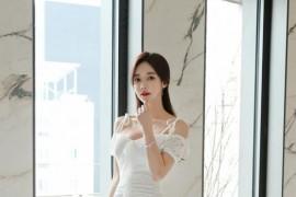 韩国美女孙允珠清新脱俗白纱无袖衫搭配包身裙图片